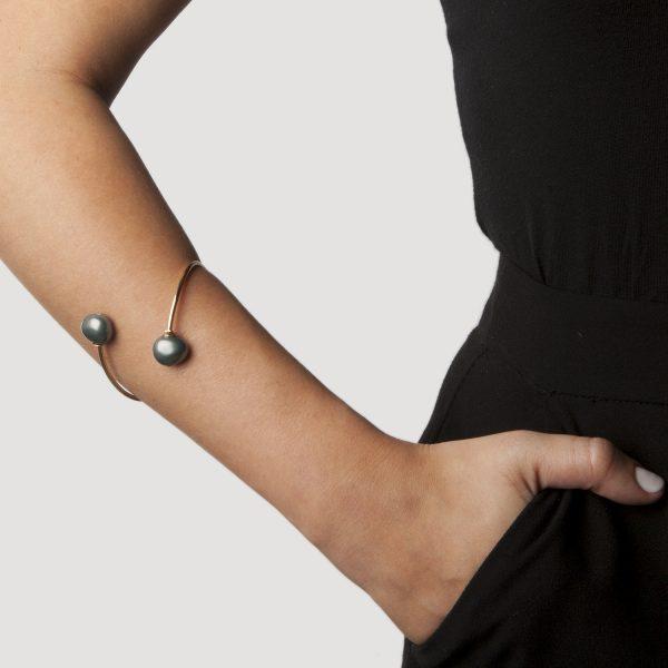 Bracelete Veloso com Pérola Negra e Banhado a Ouro na Andreia Mazzochi Store